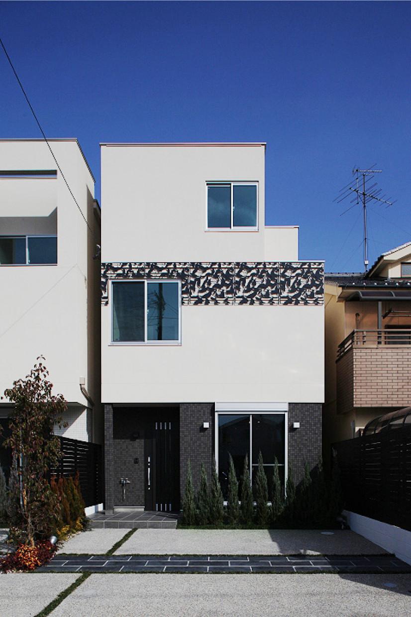 ブラックタイルとパネルでデザインされた家