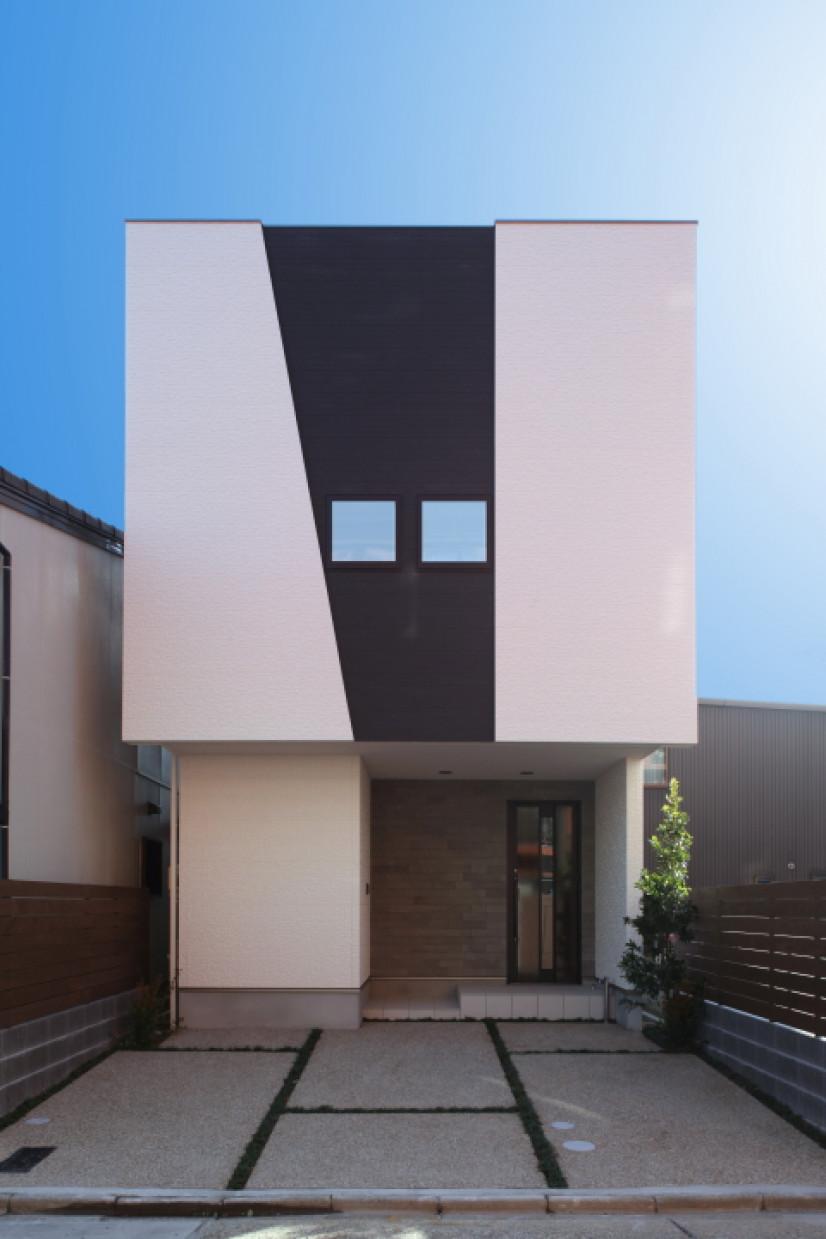 空を見上げる家
