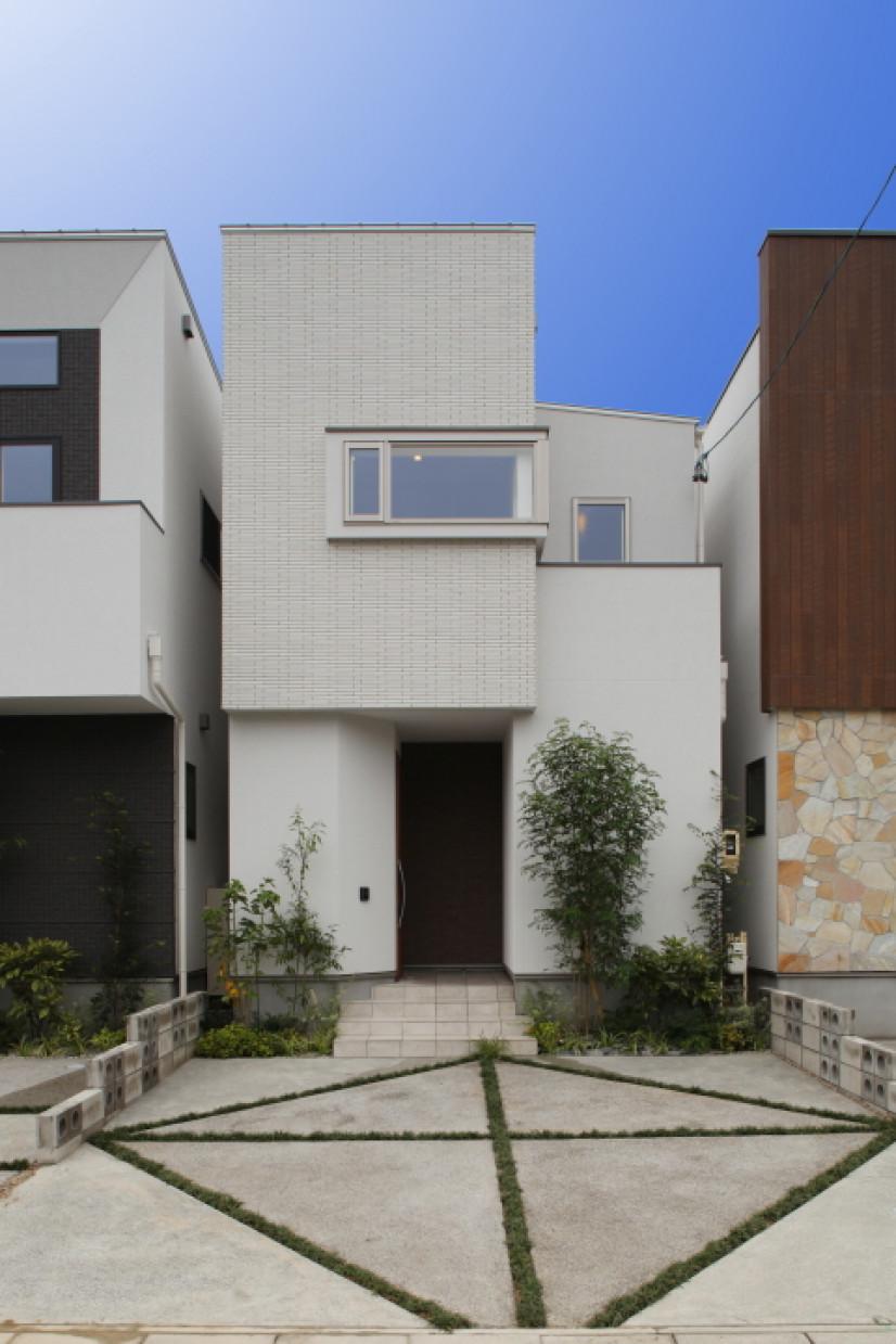 ホワイトタイルの家