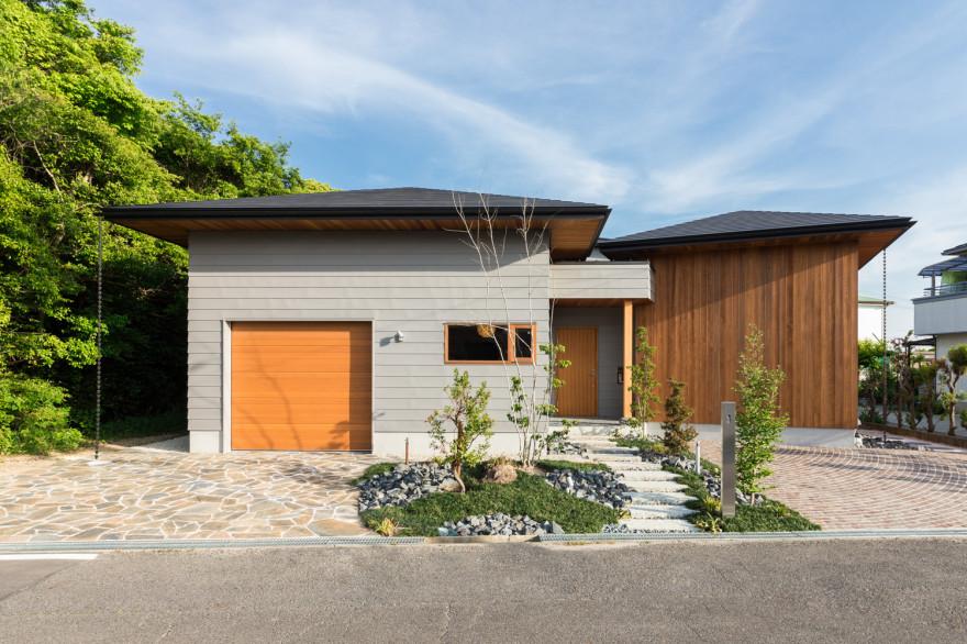 3つの庭と4つの屋根がある家