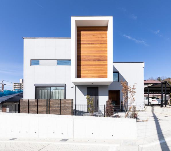 窓から青空を望む家