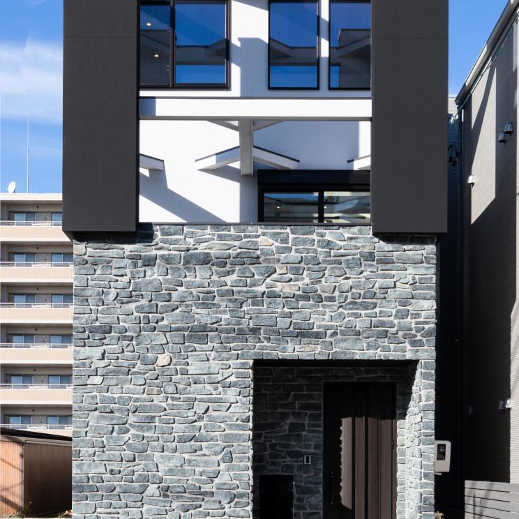 インナーテラスのある3階建ての家
