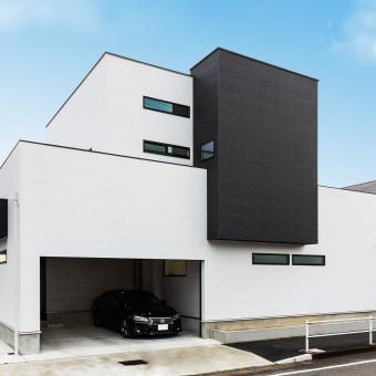 白と黒で統一されたスタイリッシュガレージハウス