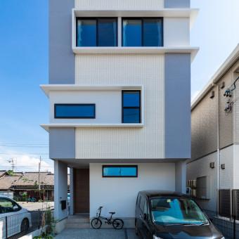左右に向かう窓庇の家