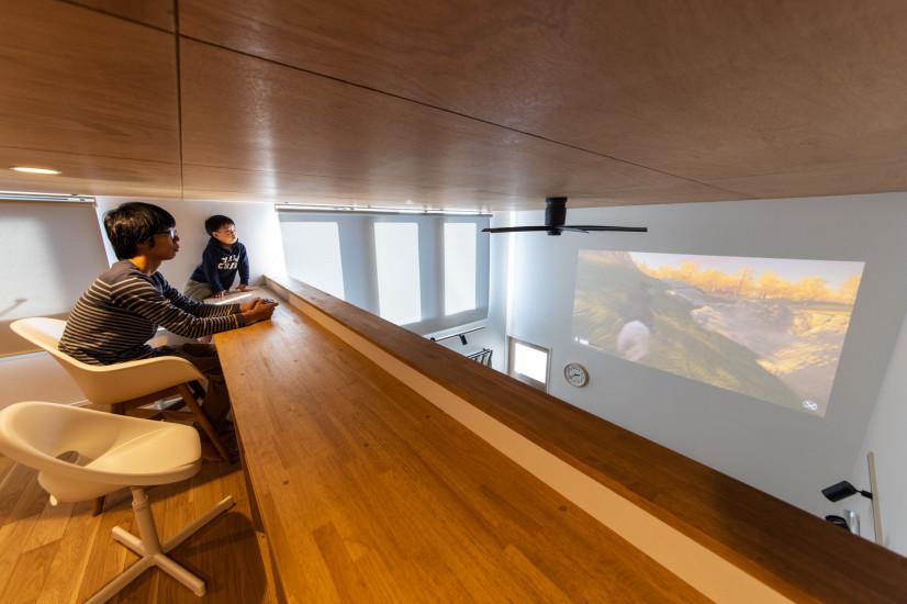 100インチの映像が楽しめる中二階のある家